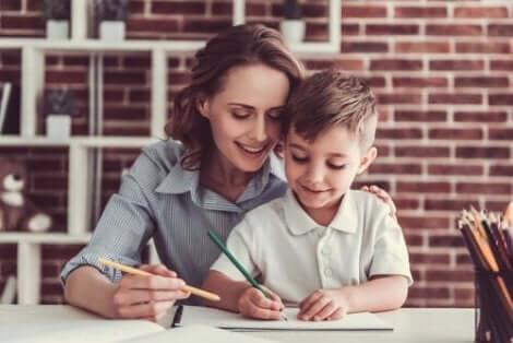 En kvinna som hjälper ett barn att skriva.