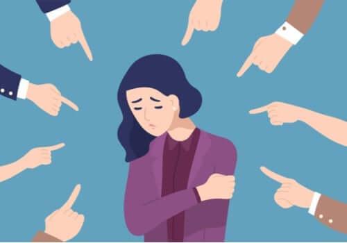 En teckning av en kvinna som känner sig anklagad av folk som trycker på hennes känslomässiga knappar.