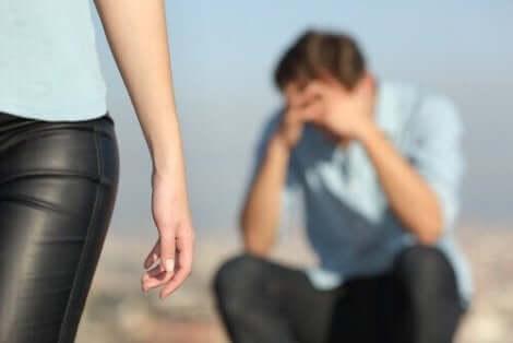 Kvinna lämnar bedrövad man bakom sig