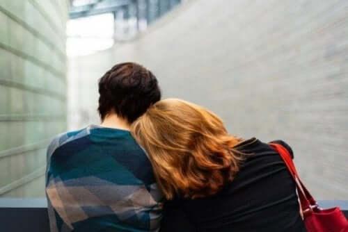 En kvinna med huvudet på en mans axel