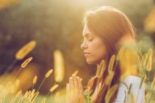 En kvinna som ber