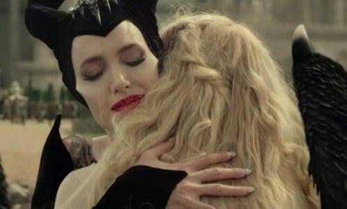Maleficent och Aurora omfamnar varandra då de tänker på ångesten som väj