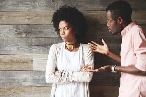 Man och kvinna grälar