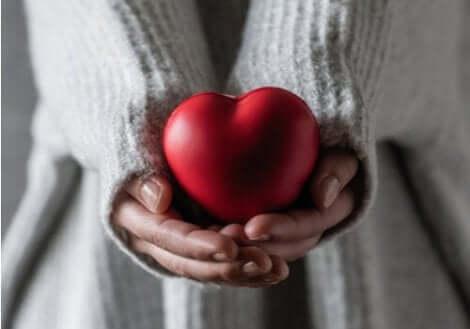 En kvinna som håller ett hjärta