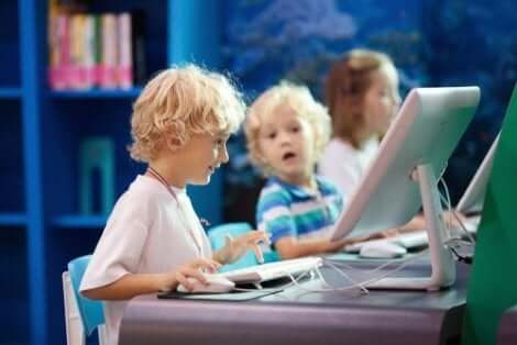 Tre barn i ett datorlabb