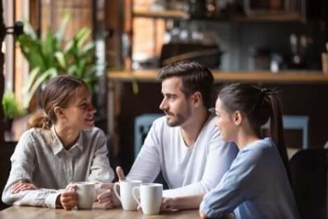 Tre personer på ett kafé