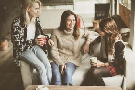 Tre vänner pratar