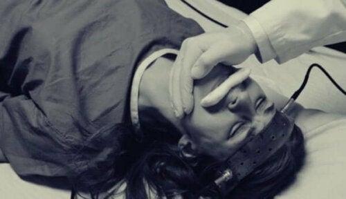 En patient genomgår ECT, en form av chockterapi
