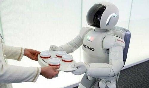 En robot serverar kaffe