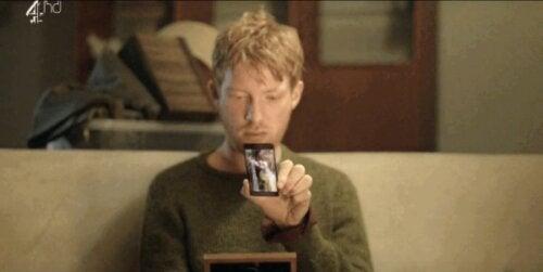 Ash, i Black Mirror, tittar på sin mobil