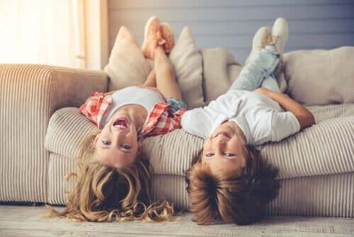 Två barn på en soffa