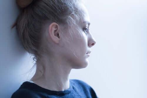 En ängslig kvinna tänker på hypokondri och coronaviruset