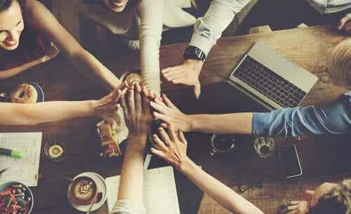Hur kommer det sig att vi skapar gruppnormer?