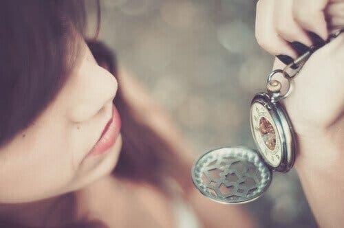 Flicka som tittar på sin klocka
