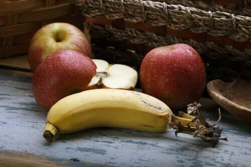 Några äpplen och en banan.
