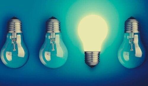 Fyra glödlampor i rad, en tänd