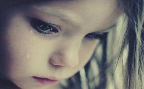Gråtande flicka demonstrerar rädslan för övergivande