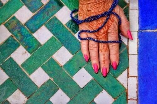 Hand med hennatatuering, ett exempel på kulturella dimensioner