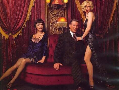Huvudrollerna sensuellt vid en soffa