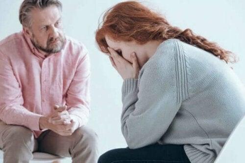 En kvinna gråter framför en psykolog