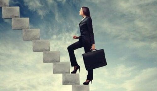 En affärskvinna går upp för en himmelsk trappa