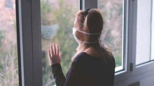 En kvinna med en mask