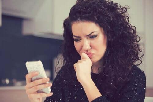 Upprörd kvinna på telefon