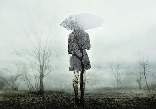 En transparent kvinna går i dimma med paraply