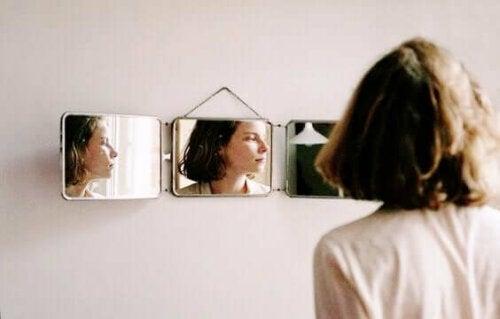 Kvinna använder spegel för ökad självkännedom