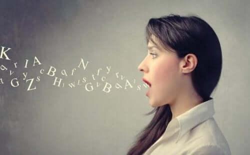 Kvinna som talar osammanhängande