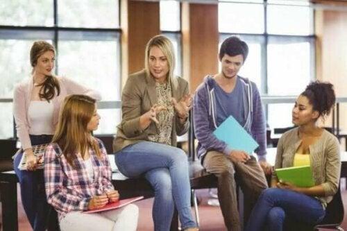 Lärare i ett möte för att skapa bättre utbildning