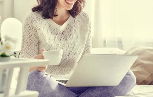 Läser på laptop