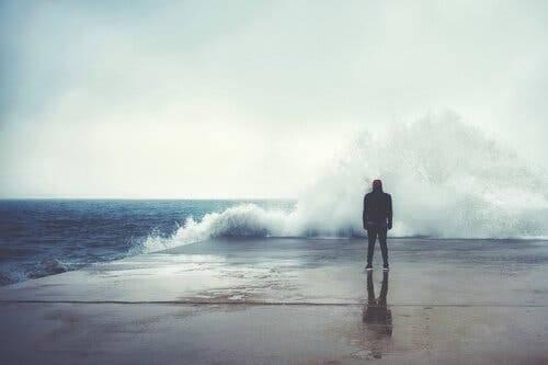 Ett liv med kriser: Man som tittar på ett stormigt hav