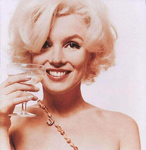 Marilyn Monroes leende med att vinglas