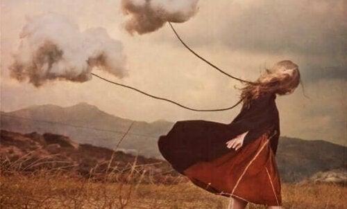 Moln följer en flicka som symbol för tvångsmässiga behov