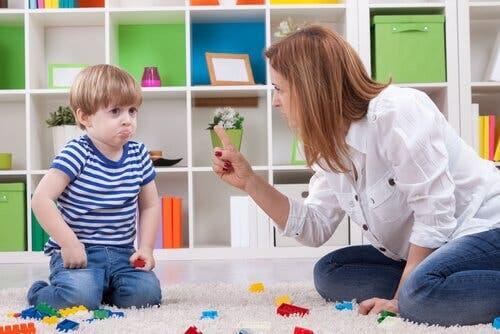 Mor skäller på son som en del av känslomässig utpressning