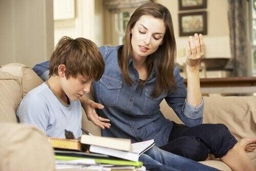 Hur man kan motivera studenter: en mamma och hennes son med läxor