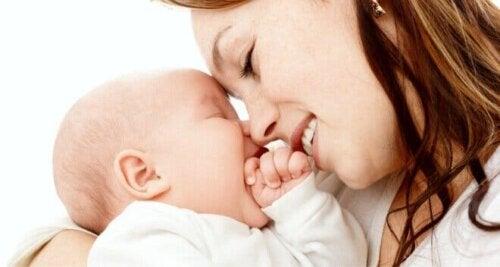 Mor som ler mot sitt barn