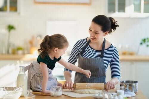 Mor och dotter bakar