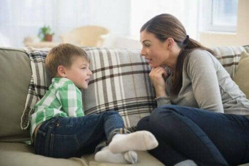 En mamma som pratar med sin son