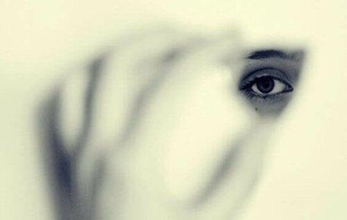 Rädslorna som gör att vi önskar bli osynliga