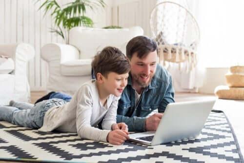 Pappa och barn med laptop