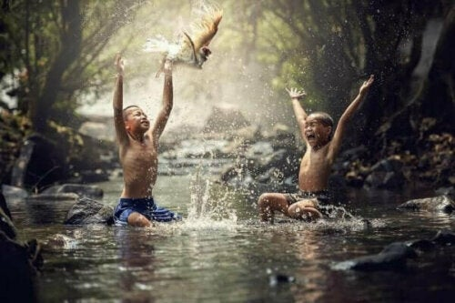 Pojkar leker i flod som en del av kulturell evolution