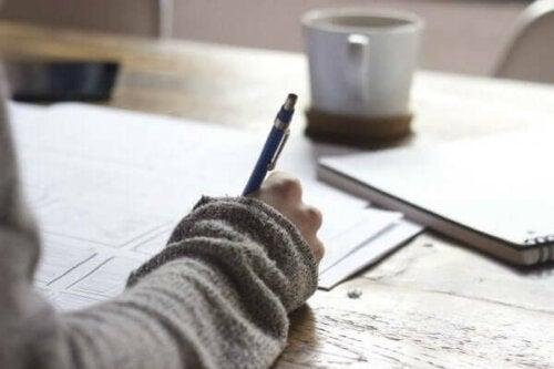 En person skriver regler och normer
