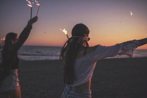 Tonåringar som håller fest på stranden