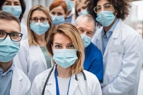 Vårdpersonal visar empati under pandemin
