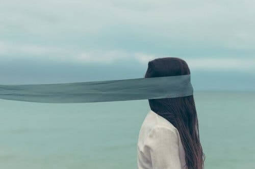En kvinna som går med ögonbindel