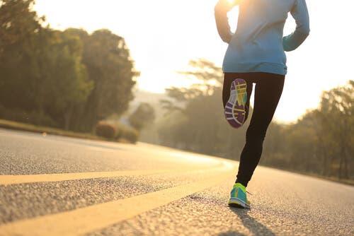 En kvinna löptränar