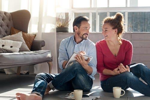 En man och en kvinna på ett golv, skrattandes