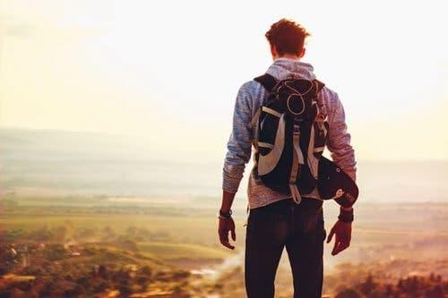 En backpacker vandrar och vet att allt i slutändan kommer att bli bra